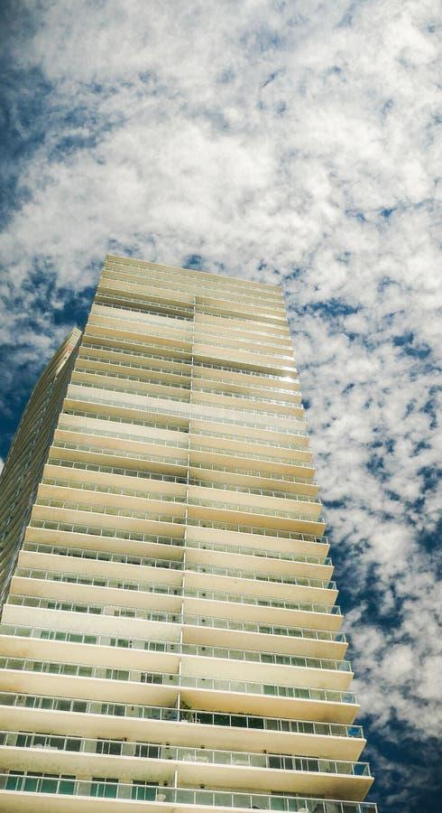Miami arkitektur - sjöbod - lyxiga lägenheter i bakgrunden arkivfoto