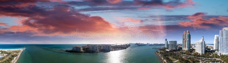 Miami Beach в южном парке Pointe Панорамный вид с воздуха на сумраке стоковые фото