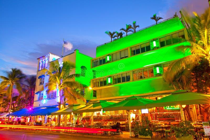 Miami Beach, гостиницы движения Флориды и рестораны на заходе солнца на океане управляют стоковые фотографии rf