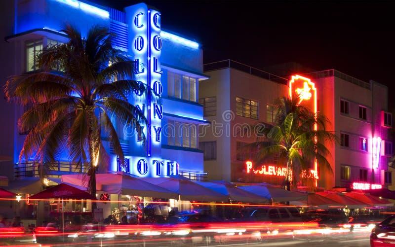 Miami Beach, Флорида осветило гостиницы и рестораны на ноче на океане управляют стоковые изображения