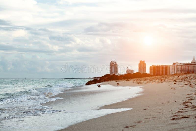 Miami Beach en Floride avec les appartements et la voie d'eau de luxe images stock
