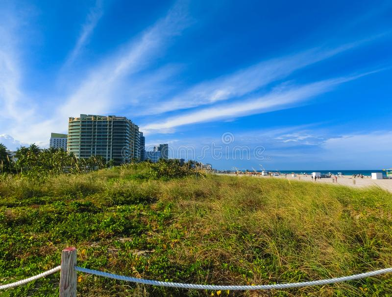Miami Beach en Floride avec les appartements et la voie d'eau de luxe image libre de droits