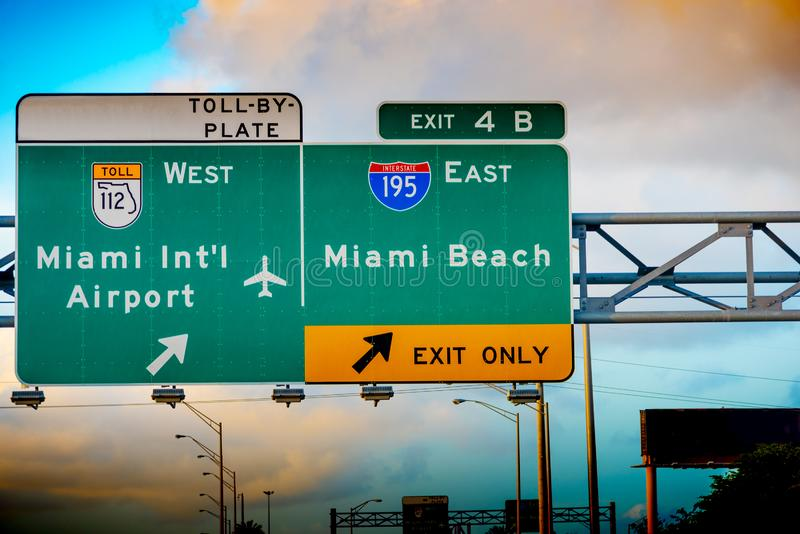 Miami Beach en Miami International Airport exit sign on 195 Interstate Highway royalty-vrije stock foto's