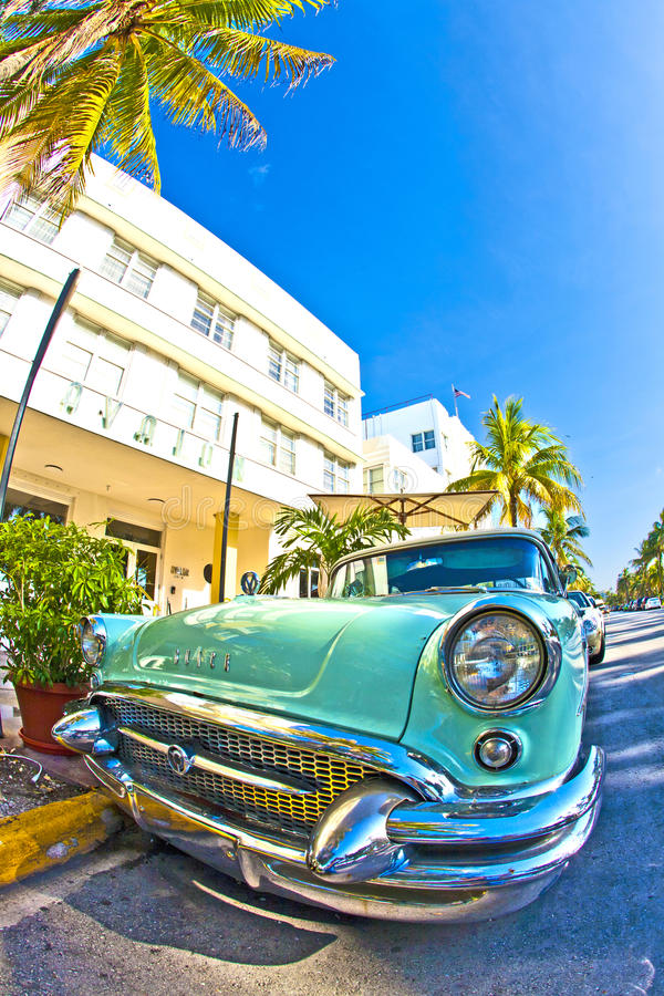 Vieux Buick de 1954 supports comme attraction devant l'hôtel célèbre d'Avalon dans Miami Beach photo libre de droits