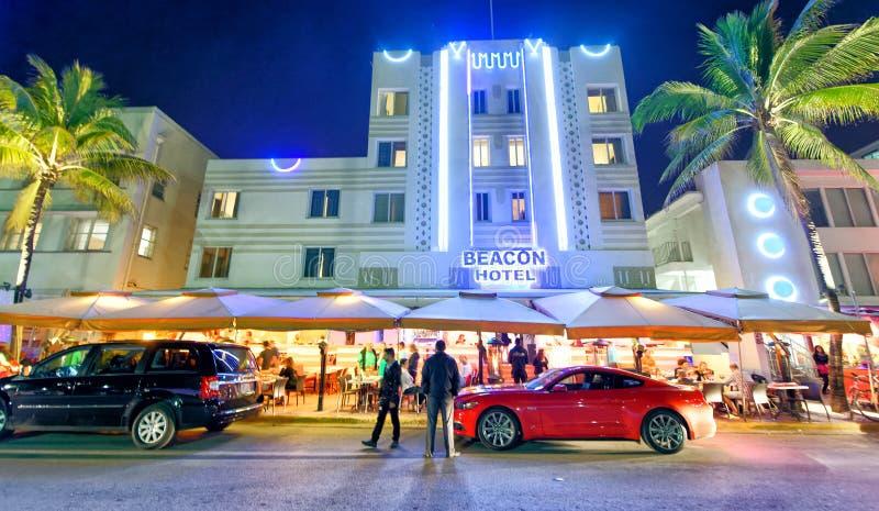 MIAMI BEACH - 25 FEBBRAIO 2016: I turisti godono della notte in Oc immagine stock libera da diritti