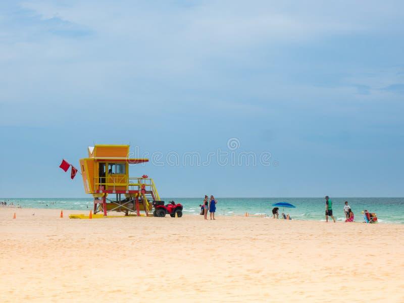 Miami Beach, Florida, augustus 2019 Mensen die het makkelijk nemen in de buurt van een Lifeguard Tower Seagull op het zuidstrand royalty-vrije stock foto's