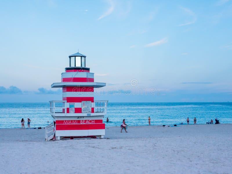 Miami Beach, Florida, augustus 2019 Mensen die het makkelijk nemen in de buurt van een Lifeguard Tower Seagull op het zuidstrand  stock foto's