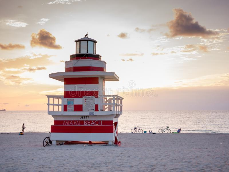 Miami Beach, Florida, augustus 2019 Mensen die het makkelijk nemen in de buurt van een Lifeguard Tower Seagull op het zuidstrand  royalty-vrije stock afbeeldingen