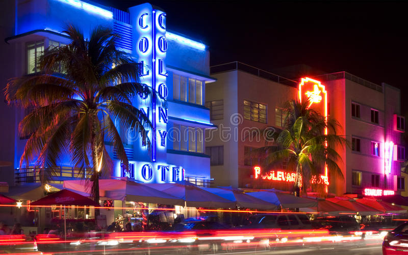 Miami Beach, Florida ha illuminato gli hotel ed i ristoranti alla notte sull'oceano guidano immagini stock