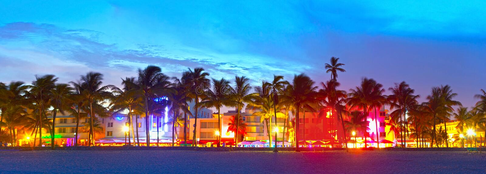 Miami Beach-, Florida-Hotels und Restaurants bei Sonnenuntergang stockbild
