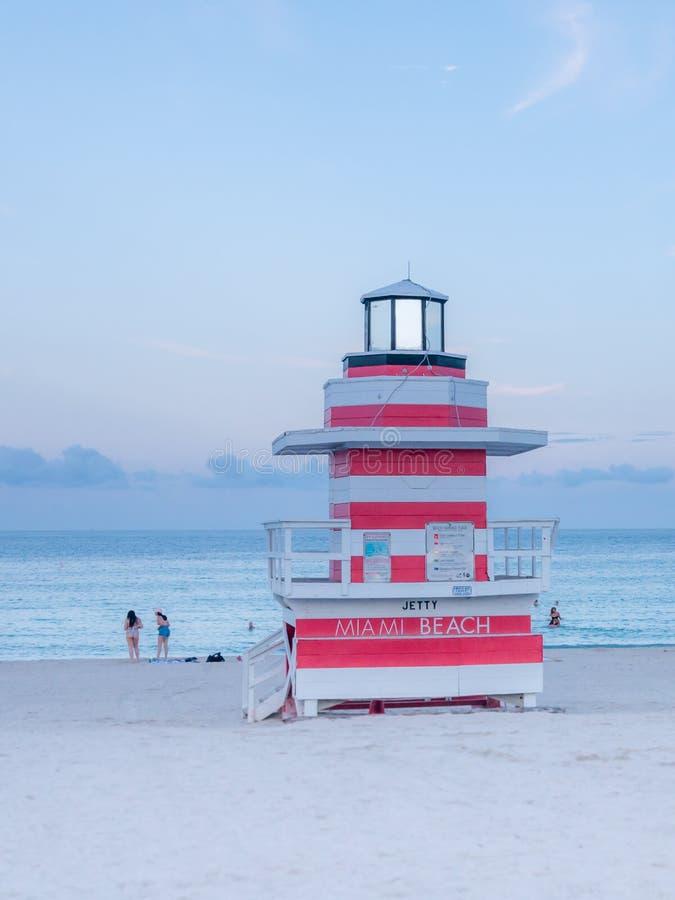 Miami Beach, Floride, août 2019 Les gens s'y promènent près de la Mouette de la Tour Lifeguard sur la plage sud au coucher du sol image stock