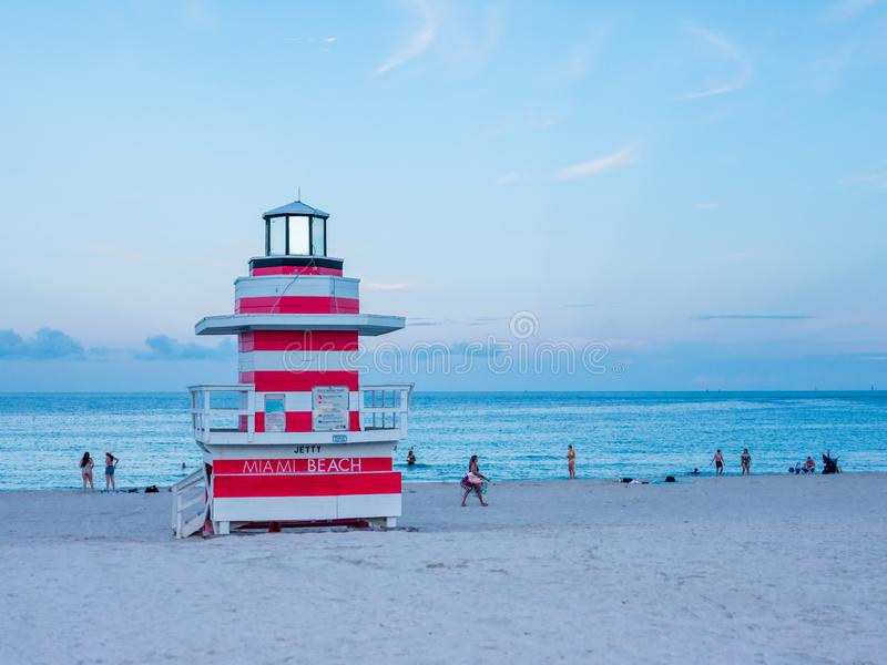 Miami Beach, Floride, août 2019 Les gens s'y promènent près de la Mouette de la Tour Lifeguard sur la plage sud au coucher du sol photos stock