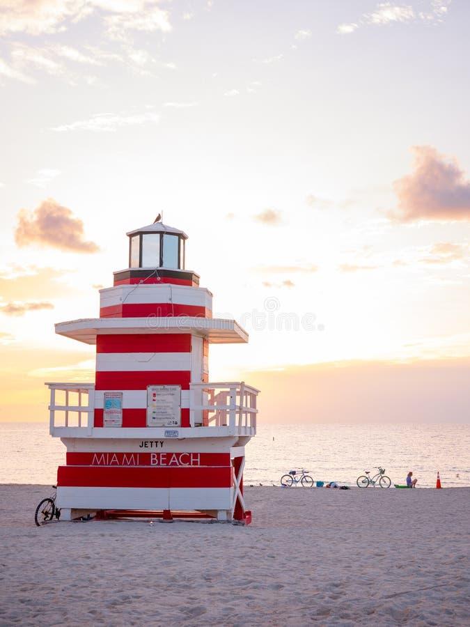 Miami Beach, Floride, août 2019 Les gens s'y promènent près de la Mouette de la Tour Lifeguard sur la plage sud au coucher du sol photographie stock