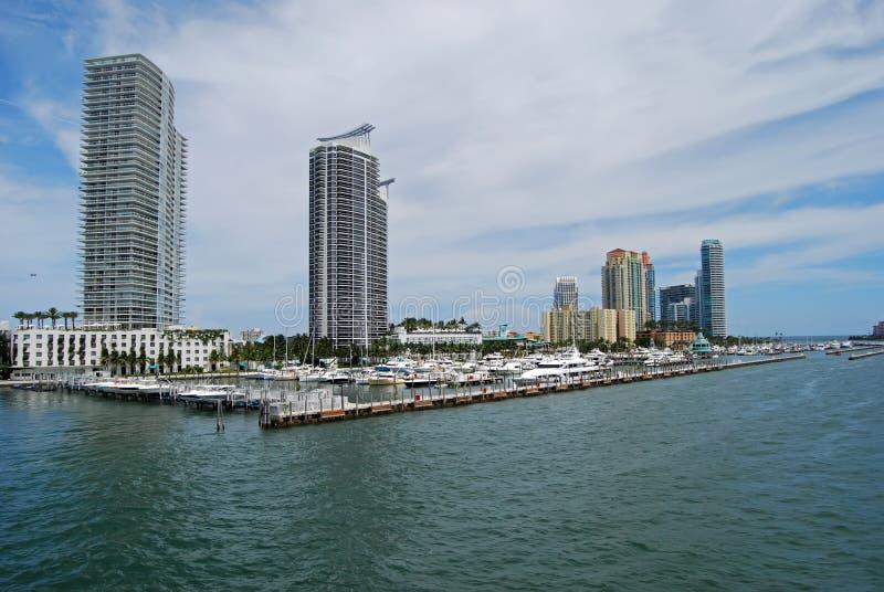 Miami Beach-Jachthafen-und Luxus-Eigentumswohnungen stockbild