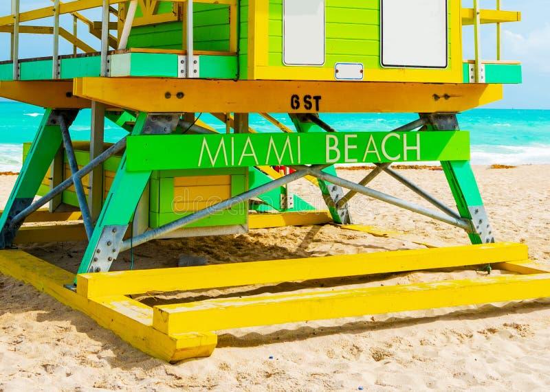 Miami Beach som är skriftligt på en färgrik livräddarekoja arkivfoto