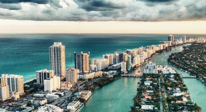 Miami Beach, vista aérea maravillosa de edificios, del río y del veget foto de archivo