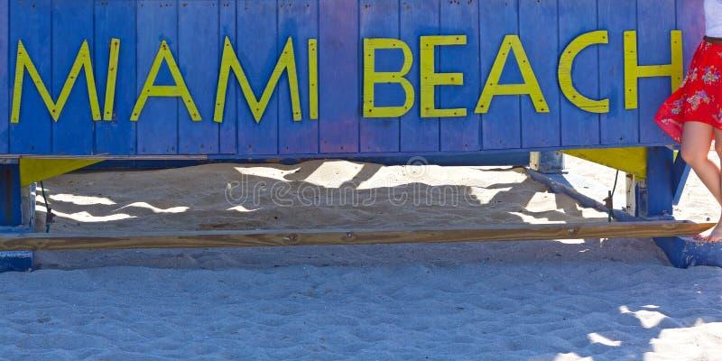 Miami Beach-Zeichen auf einem sandigen Strand in Florida, USA stockfotografie
