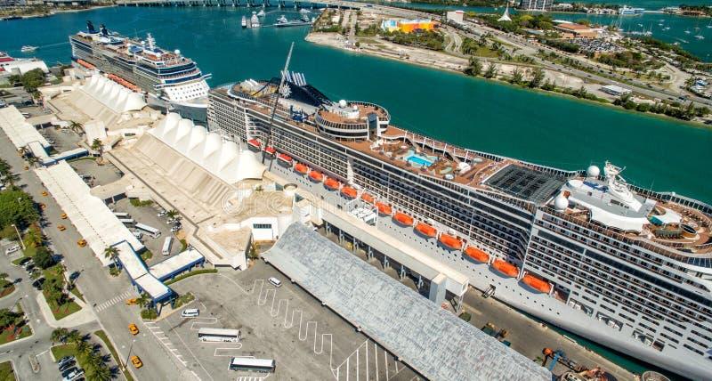 MIAMI - 27 DE FEVEREIRO DE 2016: Navios de cruzeiros entrados no porto, aeri imagem de stock royalty free