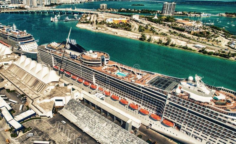 MIAMI - 27 DE FEVEREIRO DE 2016: Navios de cruzeiros entrados no porto, aeri imagens de stock royalty free