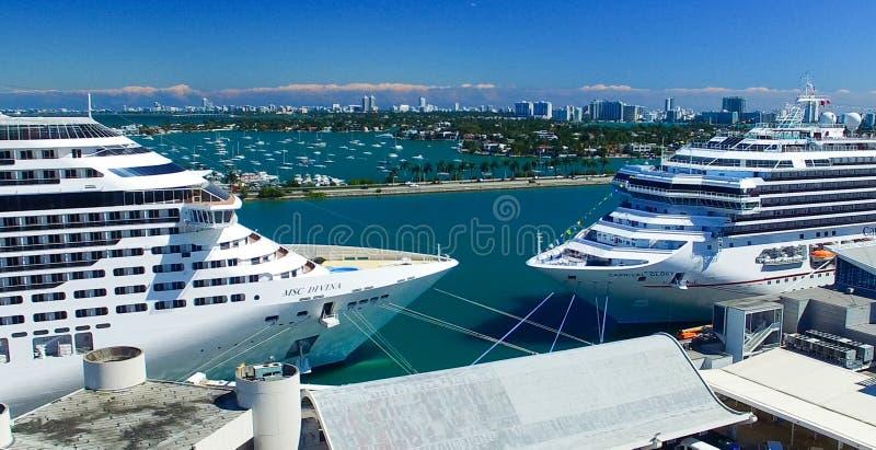 MIAMI - 27 DE FEVEREIRO DE 2016: Navios de cruzeiros no porto de Miami A cidade imagens de stock