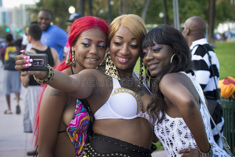 Download Meninas que tomam fotos imagem de stock editorial. Imagem de tourism - 29838089