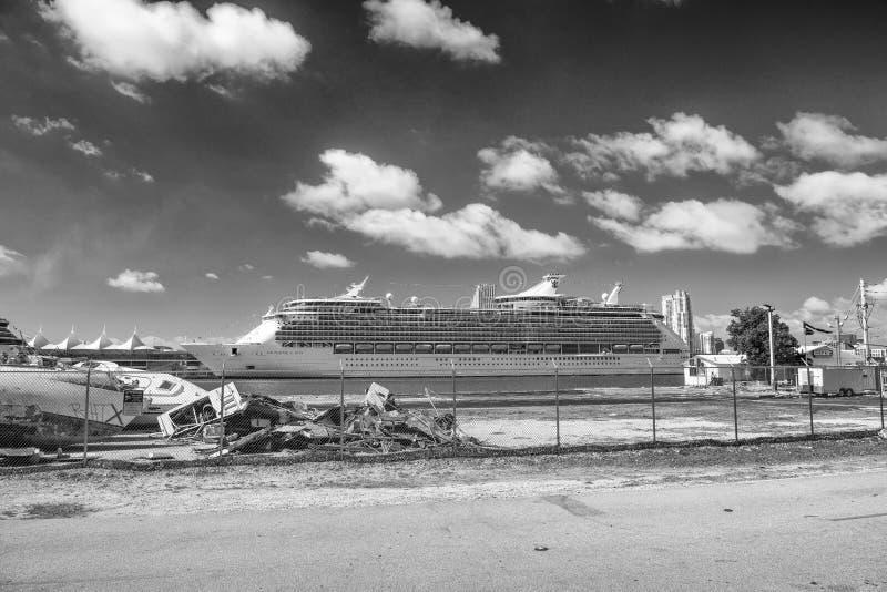 MIAMI - 30 DE MARÇO DE 2018: Navio de cruzeiros entrado no porto de Miami O ci imagem de stock