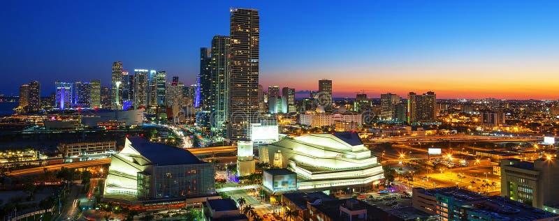 Miami de stad in bij nacht stock afbeelding