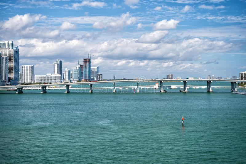 Miami, de V.S. - 29 februari 2016: Brug over de Atlantische Oceaan in het midden van het overzees de wolkenkrabbers van Miami in  royalty-vrije stock foto