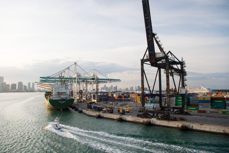 Miami, de V.S. - 18 Maart, 2016: maritieme containerhaven met vrachtschip, kranen Zeehaven, terminal of dok Vracht, het verschepe royalty-vrije stock afbeelding