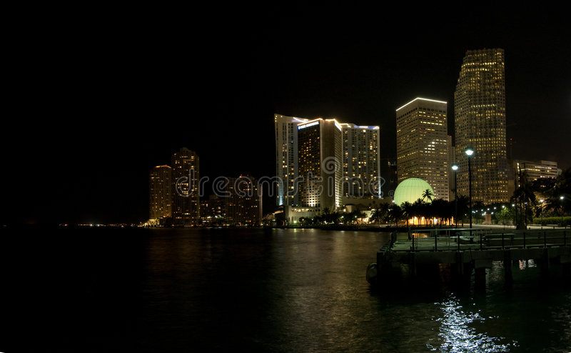 Miami en la noche imagenes de archivo