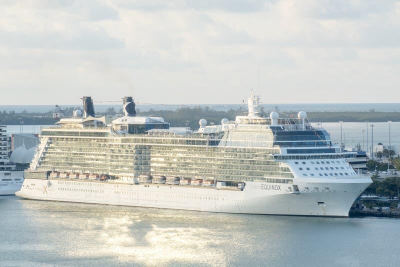 Miami, Estados Unidos - 7 de abril de 2018: El barco de cruceros del equinoccio de la celebridad atracó en terminal del barco de  foto de archivo