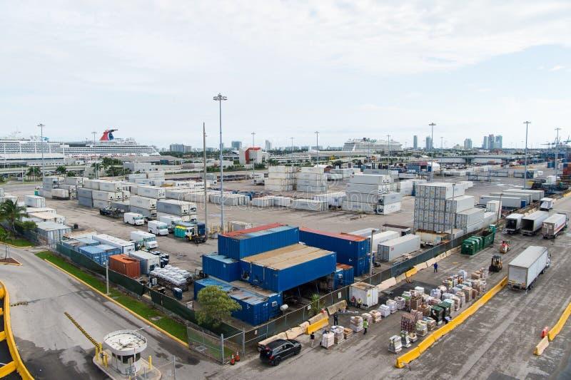 Miami, Etats-Unis - 22 novembre 2015 : port ou terminal maritime avec les piles de récipient de cargaison, camions sur le ciel nu photos libres de droits