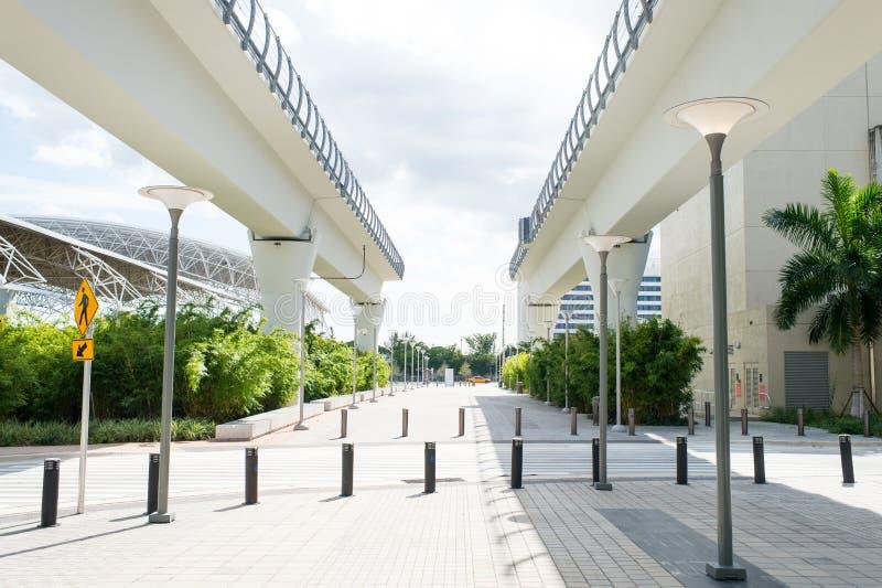 Miami, Etats-Unis - 30 octobre 2015 : structures de viaduc dans le secteur du centre sur extérieur ensoleillé Route de chemin de  images libres de droits