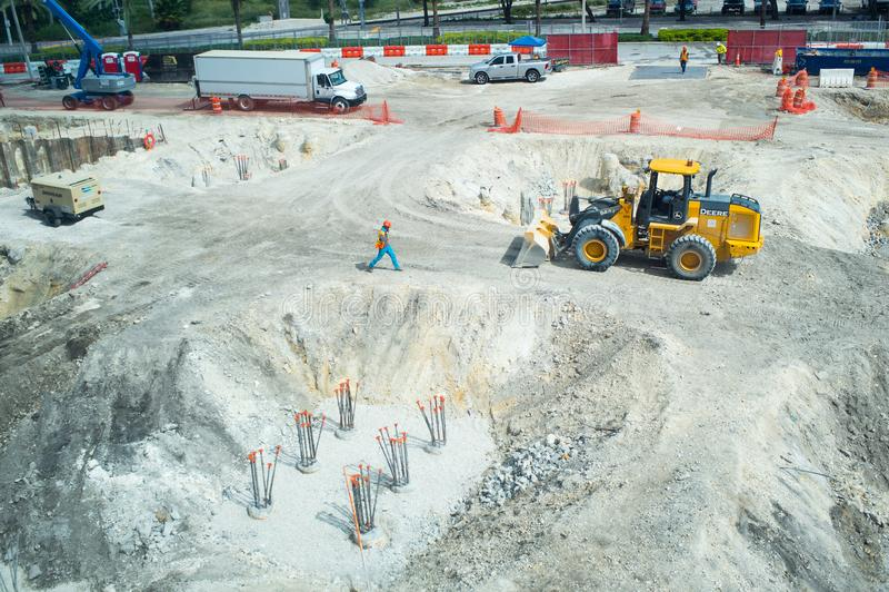Miami, Etats-Unis - 30 octobre 2015 : travailleurs et machines sur le puits de construction Le chantier travaille à extérieur ens image libre de droits