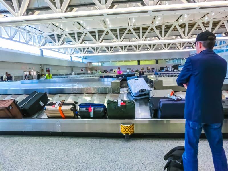 Miami, EUA - 28 de abril de 2018: Viajantes dentro Miami aeroporto internacional do 2 de janeiro de 2010 em Miami FL Os graus do  foto de stock royalty free