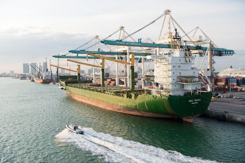 Miami, EUA - março, 18, 2016: navio de carga com os guindastes no porto marítimo Porto ou terminal marítimo do recipiente Transpo imagens de stock