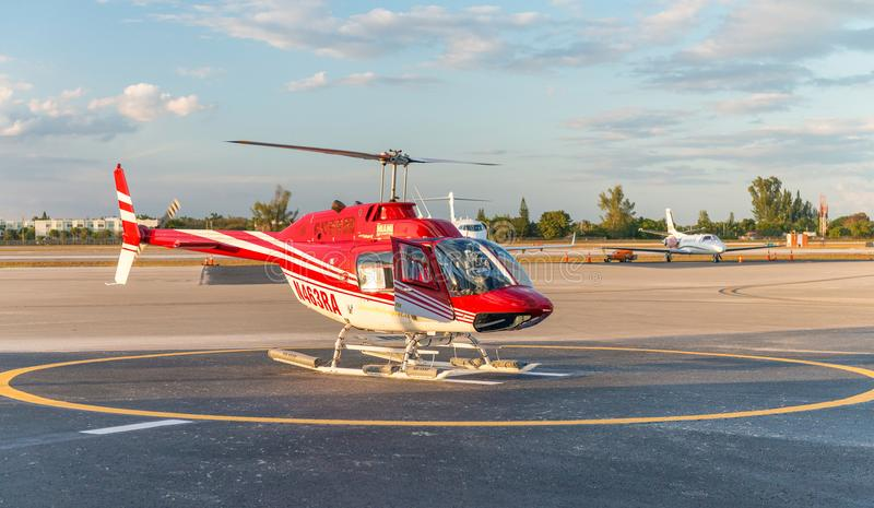 MIAMI - FEBRUARI 27, 2016: Turister inom helikoptern för arkivbild