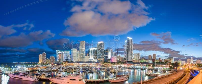 MIAMI, FL - ENERO DE 2016: Visión céntrica panorámica asombrosa en el sol fotos de archivo