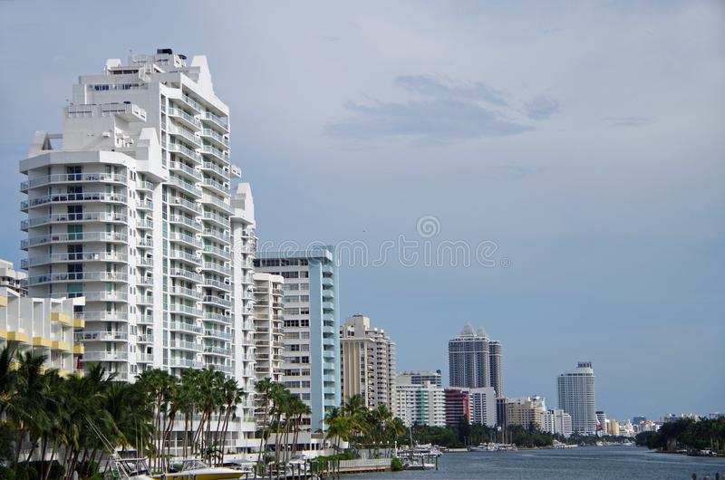 Miami, FL, Estados Unidos - 16 de junho de 2017: Skyline de Miami Beach fotos de stock royalty free