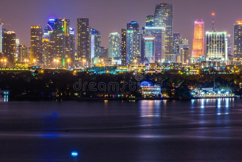 Miami FL, USA nattsikt av i stadens centrum Miami från Miami Beach arkivbild