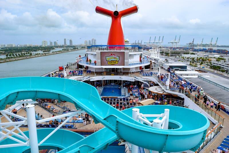 Miami, Florida - 29 de março de 2014: Passageiros a bordo o navio de cruzeiros da liberdade do carnaval em Miami, nas plataformas foto de stock