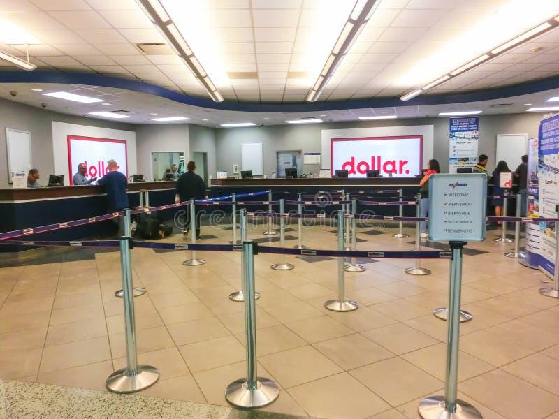 Miami, Florida, EUA - Aprile 28, 2018: O escritório do carro alugado do dólar no aeroporto de Miami foto de stock royalty free