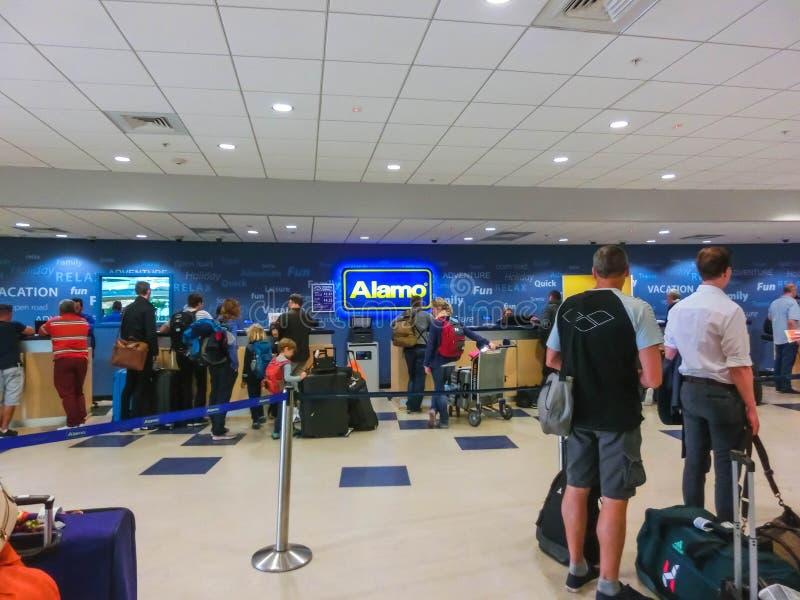 Miami, Florida, EUA - Aprile 28, 2018: O escritório do carro alugado de Alamo no aeroporto de Miami fotografia de stock