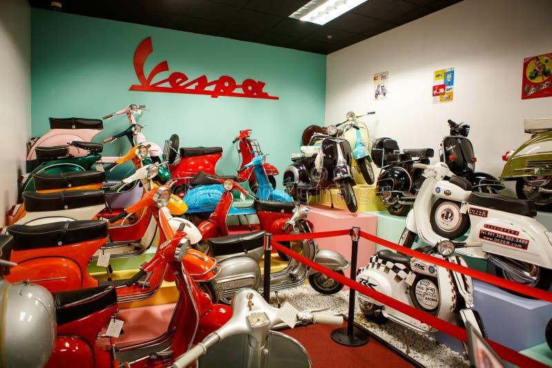 MIAMI, FLORIDA, EUA - 11 DE ABRIL DE 2016: O auto museu de Miami exibe uma coleção de automóveis do vintage e do cinema, biciclet imagens de stock