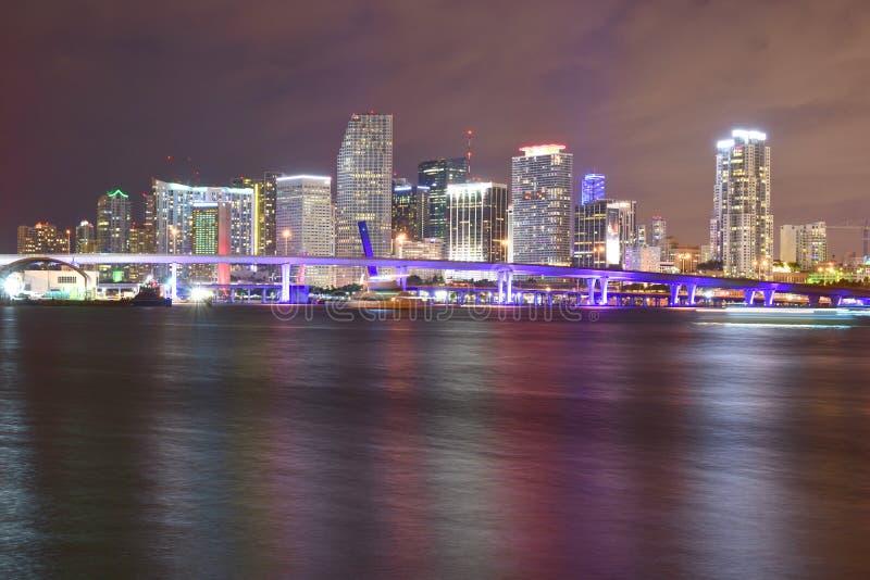 Miami, Florida - EUA - 8 de janeiro de 2016: Noite do centro SK de Miami fotografia de stock royalty free