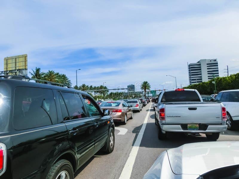 Miami, Florida, EUA - 10 de maio de 2018: Muitos carros no engarrafamento em uma estrada em Miami, FL, EUA imagem de stock