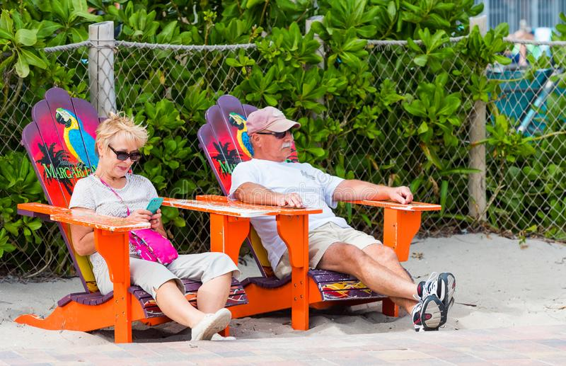 MIAMI FLORIDA - JANUARI 21, 2018: Äldre par som sitter i strandstolar utomhus skjutit selektivt för fokus arkivfoto
