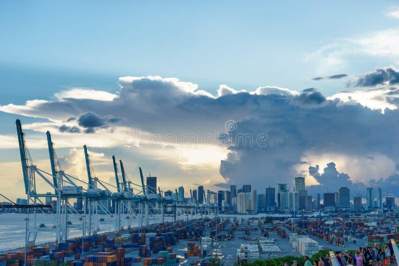 Miami Florida na tempestade com por do sol Ideia da nuvem grande e do vendaval forte do mar fotografia de stock