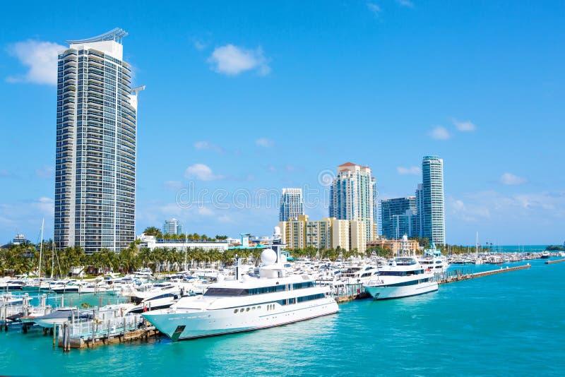 Miami, Florida, orizzonte del centro di U Costruzione, spiaggia dell'oceano e cielo blu Bella città degli Stati Uniti d'America fotografia stock libera da diritti