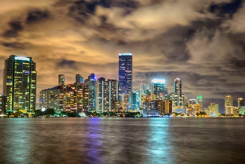 Miami florida stadshorisont på natten arkivbild